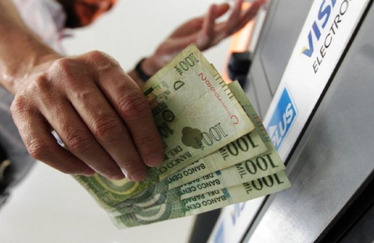 cajero-cobro-pago-efectivo-dinero-billete-696x494